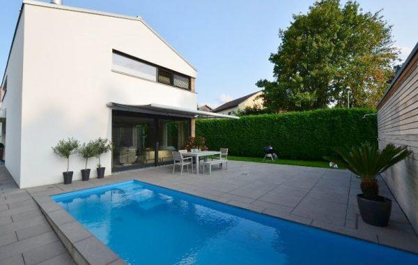 Privater Garten mit Luxus Villa und Pool