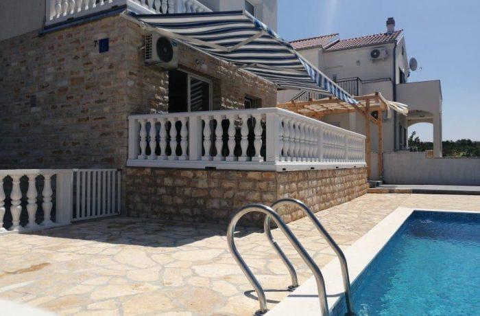 Herrliche Villa mit 3 Wohnungen und einem Pool  Novigradsko More